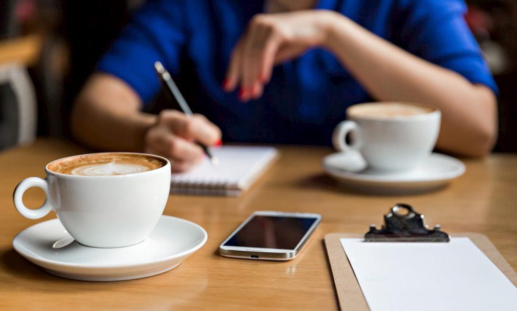 tomar café en la oficina