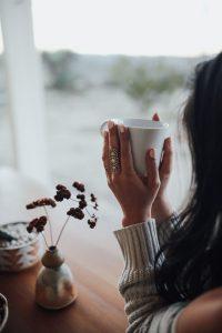 mujer y café